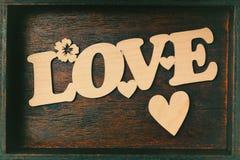 τα πέταλα αγάπης επιγραφής κόκκινα αυξήθηκαν λευκό Χαρασμένη ξύλινη, ξύλινη καρδιά Επιστολή αγάπης σε ένα κιβώτιο Στοκ φωτογραφίες με δικαίωμα ελεύθερης χρήσης