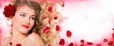 Τα πέταλα αυξήθηκαν hairstyle και makeup Στοκ εικόνες με δικαίωμα ελεύθερης χρήσης