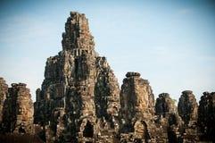 Τα πέτρινα κεφάλια που αποτελούν μέρος του ναού Bayon σε Angkor Thom, κοντά σε Siem συγκεντρώνουν, Καμπότζη Στοκ εικόνα με δικαίωμα ελεύθερης χρήσης