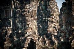 Τα πέτρινα κεφάλια που αποτελούν μέρος του ναού Bayon σε Angkor Thom, κοντά σε Siem συγκεντρώνουν, Καμπότζη Στοκ Εικόνες