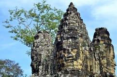 Τα πέτρινα πρόσωπα της νότιας εισόδου Angkor Thom σε Siem συγκεντρώνουν την Καμπότζη Στοκ φωτογραφία με δικαίωμα ελεύθερης χρήσης