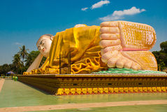 Τα πέλματα των ποδιών Mya Tha Lyaung που ξαπλώνει το Βούδα Bago Myanma Βιρμανία Στοκ Φωτογραφίες