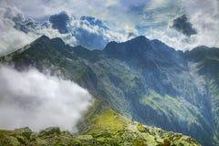 τα πίσω σύννεφα τοποθετού& στοκ φωτογραφίες με δικαίωμα ελεύθερης χρήσης