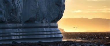 Τα παγόβουνα είναι στον αρκτικό ωκεανό στο ilulissat icefjord Στοκ φωτογραφίες με δικαίωμα ελεύθερης χρήσης
