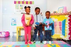 Τα παιδάκια μαθαίνουν να προσθέτουν ότι η αρίθμηση αφαιρεί των αριθμών στοκ φωτογραφία με δικαίωμα ελεύθερης χρήσης