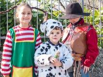 Τα παιδιά έντυσαν στα κοστούμια καρναβαλιού στο εξωτερικό Στοκ Εικόνα