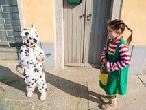 Τα παιδιά έντυσαν στα κοστούμια καρναβαλιού στο εξωτερικό Στοκ Φωτογραφίες