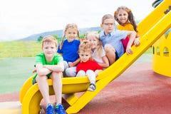 Τα παιδιά έχουν τη διασκέδαση στη φωτογραφική διαφάνεια Στοκ εικόνα με δικαίωμα ελεύθερης χρήσης