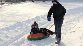 Τα παιδιά έχουν τη διασκέδαση cheesecake το χειμώνα απόθεμα βίντεο