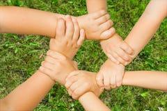 τα παιδιά αλυσίδων δίνουν Στοκ εικόνα με δικαίωμα ελεύθερης χρήσης