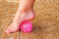 Τα παιδιά ασκούν για τη σφαίρα μασάζ ποδιών στοκ εικόνα