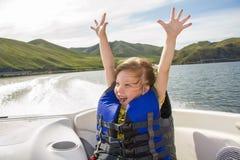 τα παιδιά βαρκών ταξιδεύουν το ύδωρ Στοκ Εικόνες