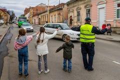 Τα παιδιά βοηθούν έναν αστυνομικό στοκ φωτογραφίες με δικαίωμα ελεύθερης χρήσης