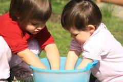 τα παιδιά δίνουν το πλύσιμό τους Στοκ Φωτογραφίες