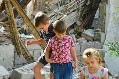 Τα παιδιά είναι κοντά στο σπίτι, την έννοια της φυσικής καταστροφής, την πυρκαγιά, και την ερήμωση στοκ εικόνα με δικαίωμα ελεύθερης χρήσης