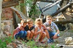 Τα παιδιά είναι κοντά στο σπίτι, την έννοια της φυσικής καταστροφής, την πυρκαγιά, και την ερήμωση στοκ εικόνα