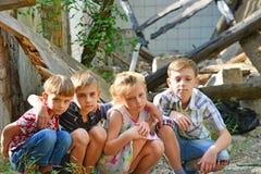 Τα παιδιά είναι κοντά στο σπίτι, την έννοια της φυσικής καταστροφής, την πυρκαγιά, και την ερήμωση στοκ φωτογραφία