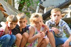 Τα παιδιά είναι κοντά στο σπίτι, την έννοια της φυσικής καταστροφής, την πυρκαγιά, και την ερήμωση στοκ εικόνες