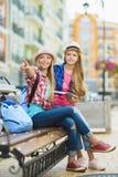 Τα παιδιά εξετάζουν την απόσταση Έννοια τουρισμού και διακοπών Στοκ εικόνες με δικαίωμα ελεύθερης χρήσης
