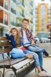 Τα παιδιά εξετάζουν την απόσταση Έννοια τουρισμού και διακοπών Στοκ Εικόνα