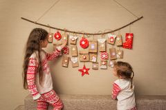 Τα παιδιά εξετάζουν το ημερολόγιο εμφάνισης επιλογή DIY για να περιμένει τα Χριστούγεννα για τα παιδιά στοκ φωτογραφία με δικαίωμα ελεύθερης χρήσης