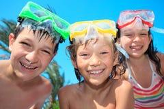 τα παιδιά ευτυχή κολυμπ&omic Στοκ Φωτογραφία