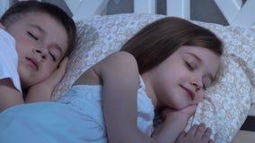 Τα παιδιά κοιμούνται στο κρεβάτι Κινηματογράφηση σε πρώτο πλάνο απόθεμα βίντεο