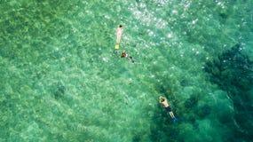 Τα παιδιά κολυμπούν με τη μητέρα τους στο τυρκουάζ νερό στοκ εικόνες με δικαίωμα ελεύθερης χρήσης
