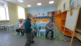 Τα παιδιά λαμβάνουν τα θέματα γνώσης και απάντησης του δασκάλου απόθεμα βίντεο