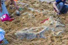 Τα παιδιά μαθαίνουν την προσομοίωση δεινοσαύρων στο πάρκο Στοκ Εικόνες