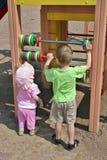 τα παιδιά μετρούν την εκμάθ&eta στοκ εικόνα
