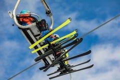 Τα παιδιά με τα σκι κάθονται σε ένα τελεφερίκ Οι σκιέρ με τα ζωηρόχρωμα σκι οδηγούν σε ένα τελεφερίκ στο λόφο στους δολομίτες Alp Στοκ φωτογραφία με δικαίωμα ελεύθερης χρήσης