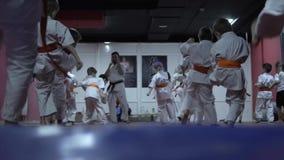 Τα παιδιά με το λεωφορείο επιλύουν το karate λάκτισμα απόθεμα βίντεο