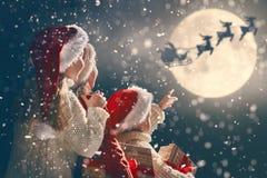 Τα παιδιά με τα Χριστούγεννα παρουσιάζουν στοκ φωτογραφίες