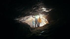 Τα παιδιά μπαίνουν σε τη σπηλιά απόθεμα βίντεο