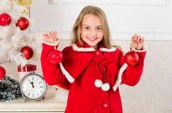 Τα παιδιά μπορούν να λαμπρύνουν επάνω το χριστουγεννιάτικο δέντρο με τη δημιουργία των διακοσμήσεών τους Τοπ Χριστούγεννα που δια στοκ φωτογραφία