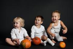 τα παιδιά οι κολοκύθες Στοκ φωτογραφίες με δικαίωμα ελεύθερης χρήσης