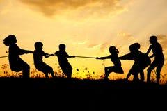τα παιδιά ομαδοποιούν την ευτυχή σκιαγραφία Στοκ φωτογραφία με δικαίωμα ελεύθερης χρήσης