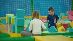 Τα παιδιά παίζουν με τους μαλακούς κύβους απόθεμα βίντεο