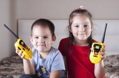 Τα παιδιά παίζουν με walkie-talkie στοκ εικόνες