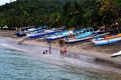 Τα παιδιά παίζουν στην παραλία Senggigi Lombok, Ινδονησία στοκ φωτογραφίες με δικαίωμα ελεύθερης χρήσης