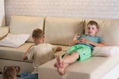 Τα παιδιά παίζουν στο δωμάτιο Στοκ εικόνα με δικαίωμα ελεύθερης χρήσης