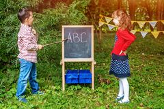 Τα παιδιά παίζουν στο σχολείο Οι σπουδαστές διδάσκουν το αλφάβητο Το con στοκ εικόνα με δικαίωμα ελεύθερης χρήσης