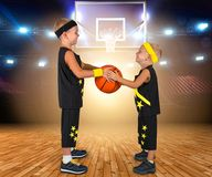 Τα παιδιά παίζουν την καλαθοσφαίριση Δύο αδελφοί παίζουν τη σφαίρα Στοκ εικόνα με δικαίωμα ελεύθερης χρήσης