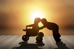 Τα παιδιά παίζουν τον ευτυχή γύρο αυτοκινήτων στοκ φωτογραφία