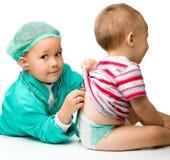 Τα παιδιά παίζουν το γιατρό με το στηθοσκόπιο Στοκ φωτογραφία με δικαίωμα ελεύθερης χρήσης