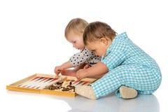 Τα παιδιά παίζουν το σκάκι και το τάβλι Στοκ εικόνες με δικαίωμα ελεύθερης χρήσης