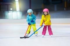 Τα παιδιά παίζουν το χόκεϋ πάγου Χειμερινός αθλητισμός παιδιών στοκ εικόνα με δικαίωμα ελεύθερης χρήσης