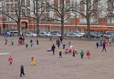 Τα παιδιά παίζουν υπαίθριο στο Ελσίνκι, Φινλανδία Στοκ Εικόνες