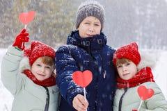 Τα παιδιά παρουσιάζουν καρδιές εγγράφου βαλεντίνων στοκ εικόνες